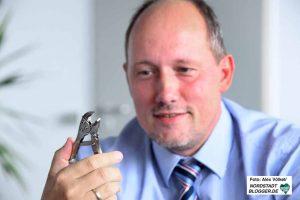 Von der Belegschaft bekam Christian Uhr Feinwerkzeug geschenkt - zum nachjustieren im Unternehmen.