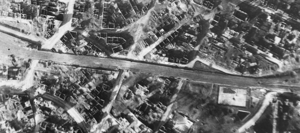 Die Eisenbahnstrecke zwischen Burgtor (links) und Gronaustraße zeigt vergleichsweise wenige Bombentreffer.