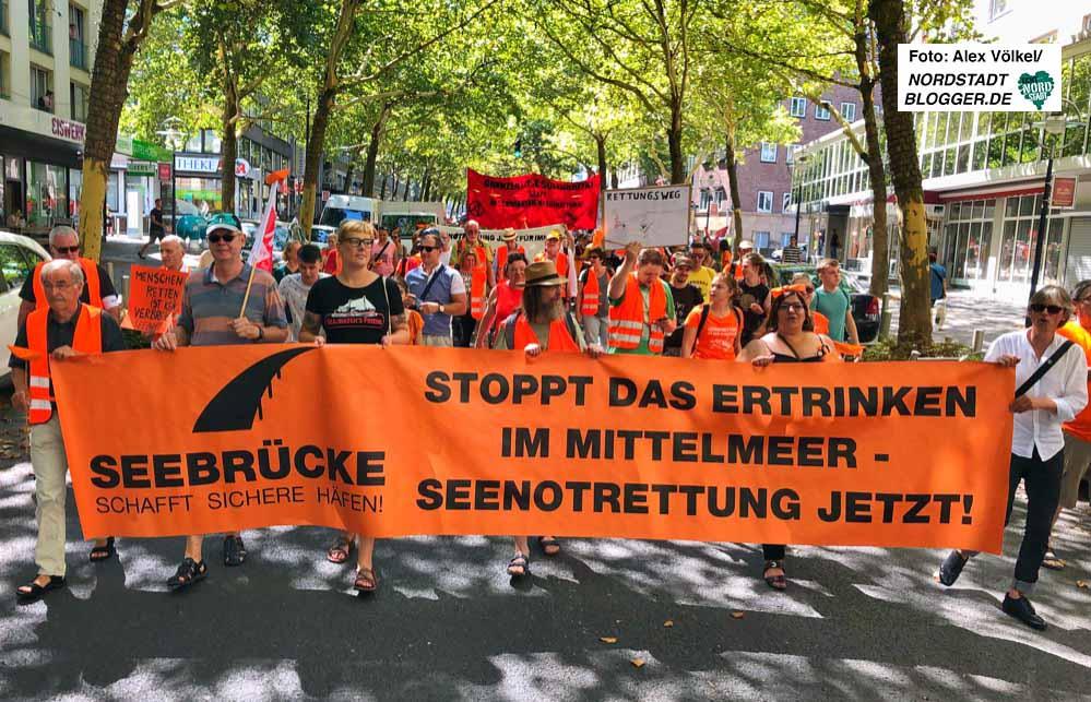 """Bereits im August hatte die """"Seebrücke"""" zahlreiche AktivistInnen mobilisiert um für Solidarität mit Geflüchteten und gegen die Kriminalisierung von SeenothelferInnen zu demonstrieren. Foto: Alex Völkel"""