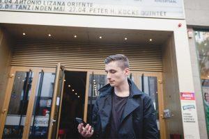 """Peter Köcke vor dem domicil Dortmund. Er ist der Organisator des """"cargo:JAZZ-Festival""""."""