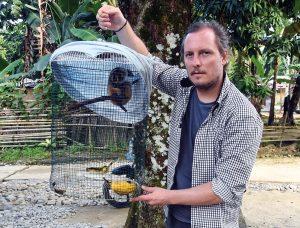 Marcel Stawinoga bei der Beschlagnahmung eines Plumploris in Bukit Lawang (Nordsumatra).