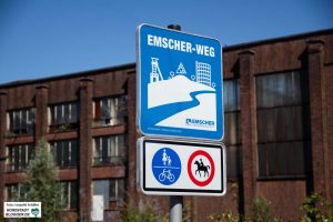 Der Radweg führt direkt an der Emscher am ehemaligen HSP-Gelände vorbei.