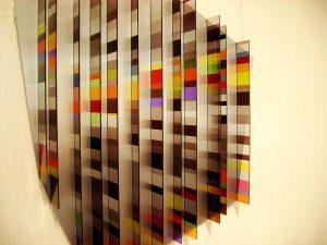 Eine der ausgestellten Installationen. Je nach Blickwinkel und Lichteinfall wirken die Farben völlig anders.