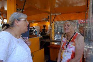 Trans CSD Mandy Balczak und Monika Hüggenberg am Kaffeestand von Christina Ernst