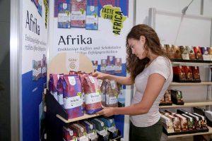 Neben zahlreichen spannenden Vorträgen in der Weltladenlounge, präsentiert die GEPA – The Fair Trade Company - auch zahlreiche Produkte des Fairen Handels an ihrem Stand. Foto: Anja Cord