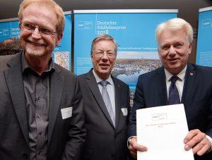 OB Ullrich Sierau, Amtsvorgänger Dr. Gerhard Langemeyer und Planungsdezernent Ludger Wilde (von rechts) freuen sich über den Preis.