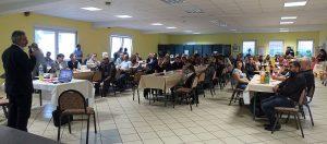 Mittlerweile gut gefüllt bei der Ansprache des Geistlichen Cafer Kaplan vor dem Fastenbrechen: der alevitische Gemeindesaal in Eving.