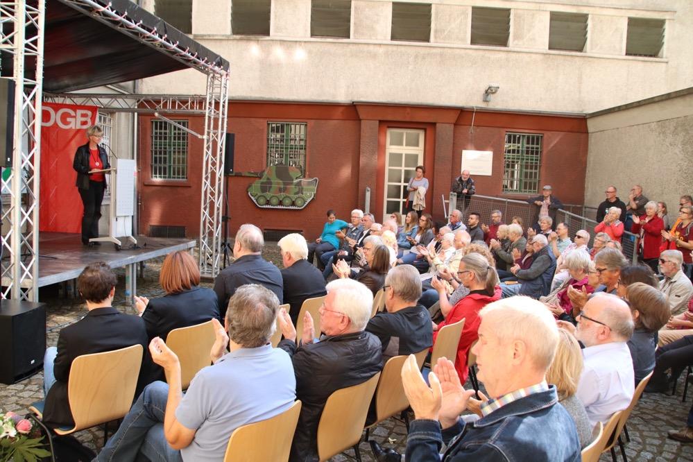 Gut besucht war die Gedenkveranstaltung im Innhof der Steinwache. Fotos: Karsten Wickern