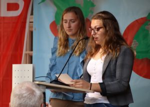 Botschafterinnen der Erinnerung Joyce Schröder und Leonora Ahmetaj.