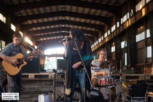 Queen and the Gang spielten ein Konzert in der Produktionshalle von Leib Stahl.