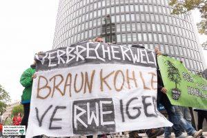Die Klima- und UmweltschützerInnen prangern den Stromkonzern RWE an. Foto: Leopold Achilles