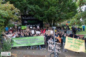 """""""Im Zweifel für das Kapital, dass #Hambibleibt stand nie zur Wahl"""" steht auf dem großen Transparent am Stadtgarten in Dortmund."""