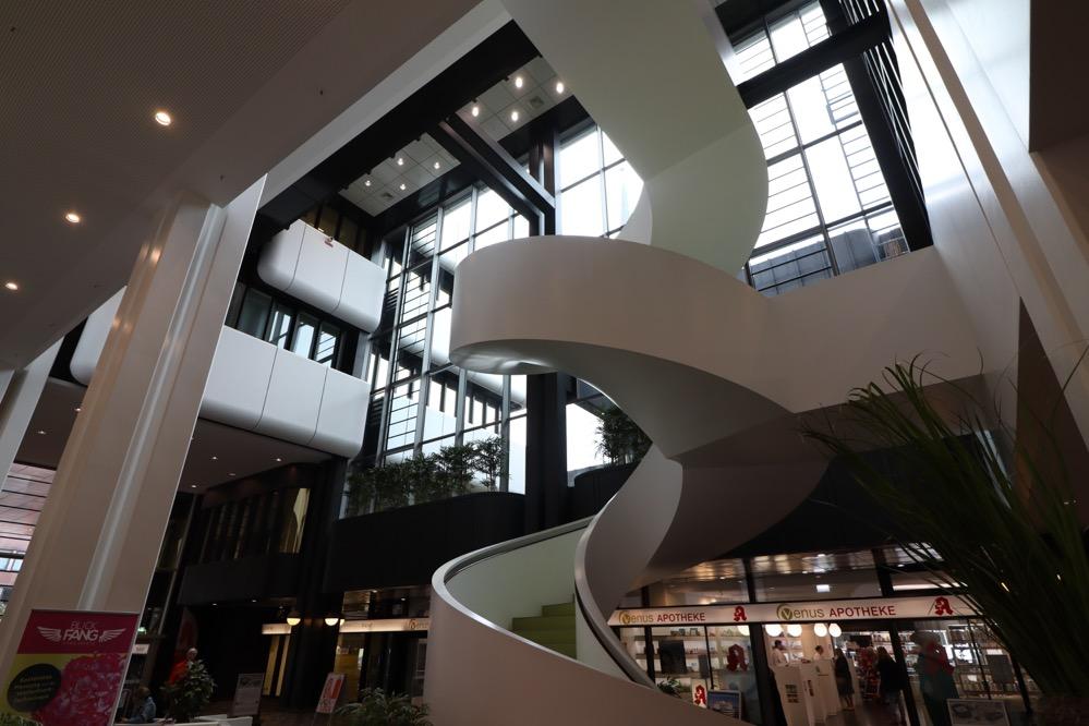 Der großräumige Eingangsbereich des DOC Gebäudes in der Kampstraße. Foto: Karsten Wickern