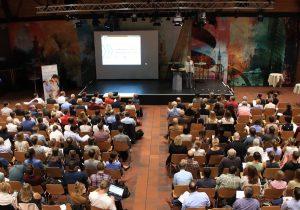VertreterInnen von 50 Teilprojekten diskutieren im DKH.