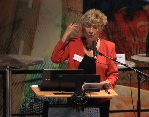 Lebendiger Vortrag: wort- und gestenreich erklärt Gesine Schwan ihren Standpunkt.