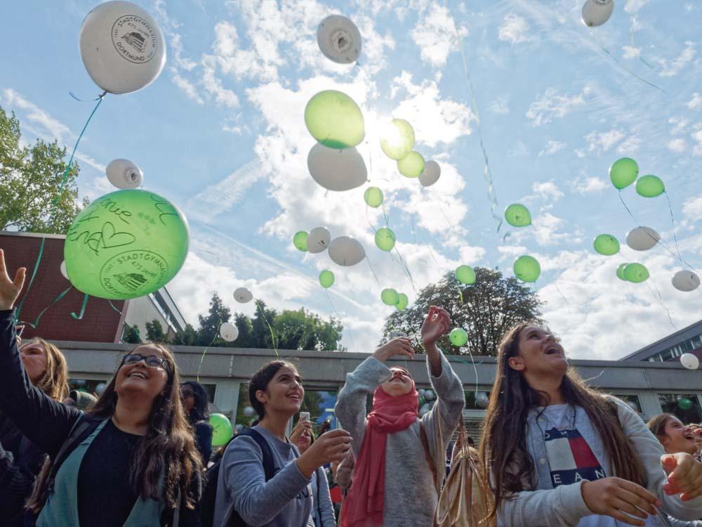 475 Ballons für 475 Jahre STG. Am Donnerstag besuchte Ministerpräsident Laschet das Gymnasium zu seinem Geburtstag.