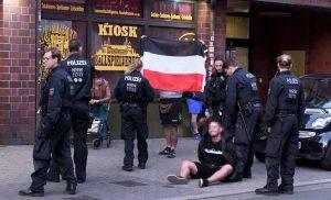 Beim Demokratiefest in Dorstfeld griffen die Beamten durch. Bei der Nazi-Demo gegen Polizeiwillkür hielten sie sich zurück. Und doch könnten die verbalen Ausschreitungen, das Verwenden verfassungswidriger Symbole und das Entzünden von Bengalos noch Folgen haben.