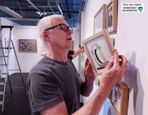 Beim Aufhängen in der Galerie Dieter Fischer: Ari Plikat