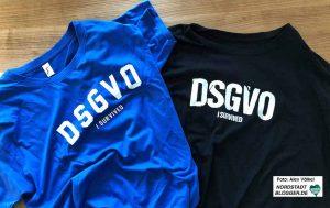 """""""DSGVO - i survived"""" - vielleicht die Sieger-Shirts nach den Workshops? Foto: Alex Völkel"""
