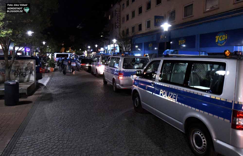 Die Einsatzfahrzeuge stauten sich regelrecht auf der Münsterstraße.