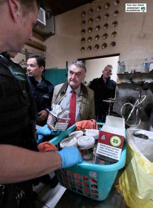15 Kilo unversteuerten Tabak fanden Die Zöllner in dieser Shisha-Bar.