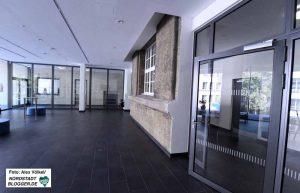 Die alte Fassade wurde in die zentrale Pausenhalle integriert. Foto: Alex Völkel