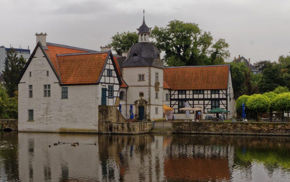Das denkmalgeschützte Wasserschloss in Aplerbeck wird jetzt von der VHS auch für Ausstellungen genutzt. Fotos: Roland Klecker/ dofoto.de