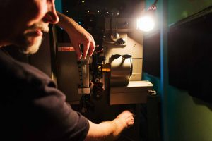 Peter Fotheringham hier bei der Feinjustierung einer Analogprojektion. Foto: sweetSixteen