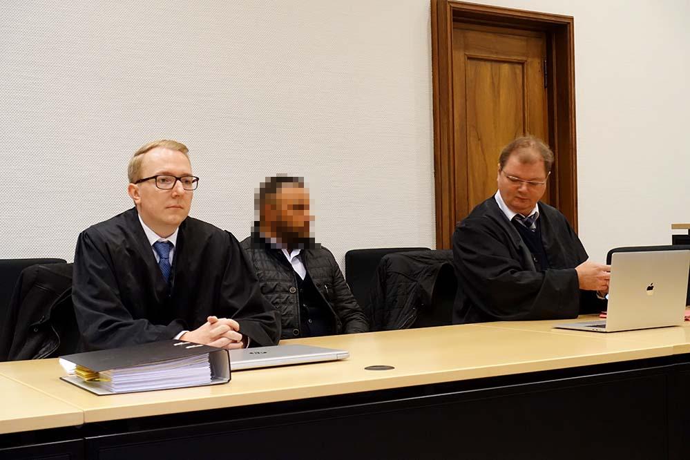 Der Angeklagte Mohammed A. und seine Anwälte Tobias Eskowitz und Jan-Henrik Heinz. Fotos: Sascha Fijneman