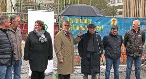 Bürgermeister Manfred Sauer (mit Schirm) war bei der Grundsteinlegung des 22. Weihnachtsbaumes, der in den nächsten drei Wochen 45 Meter in die Höhe wächst. Mit dabei der Vorstand des Schaustellervereins Rote Erde.
