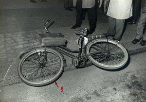 Das bekannteste Fahrrad der 68er - das Fahrrad von Rudi Dutschke mit Aktentasche nach dem Anschlag. Foto: Polizei Berlin