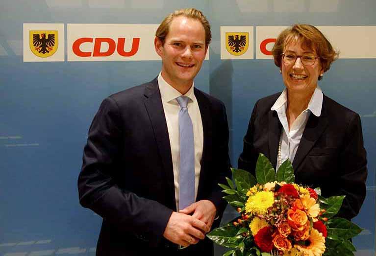 Blumen zur Nominierung bekam Dr. Annette Littmann vom Kreisvorsitzenden Steffen Kanitz.