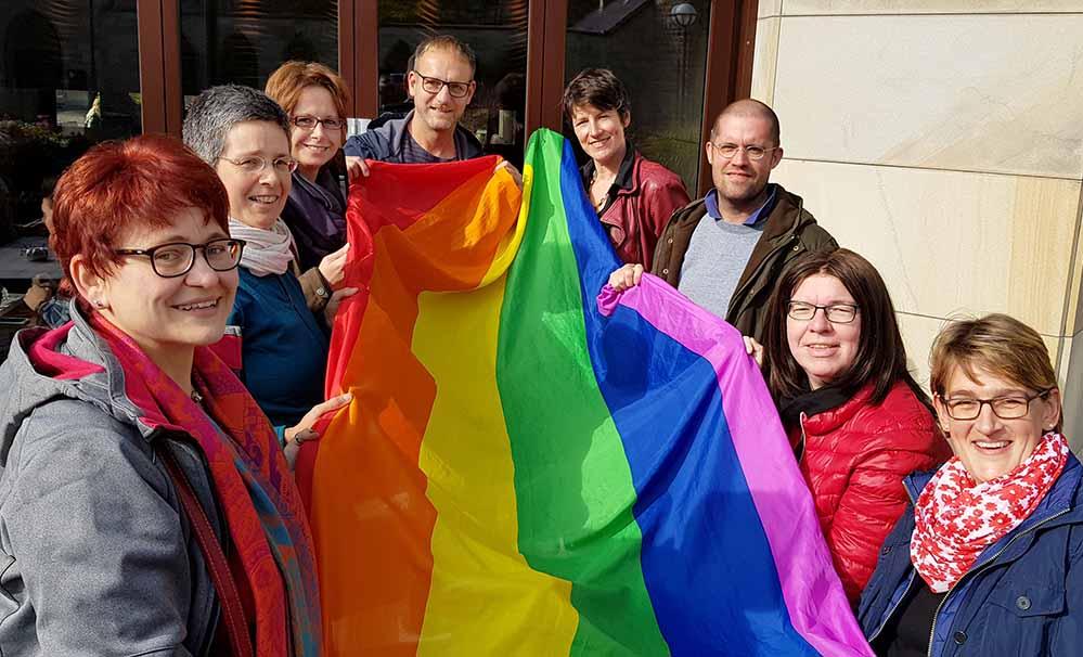 Anlässlich des diesjährigen Coming Out Tages zeigt das ColouraDo-Netzwerk Flagge. Foto: Stadt Dortmund