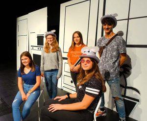 Ein paar der jungen DarstellerInnen vor dem Bühnenbild. Foto: Sascha Fijneman