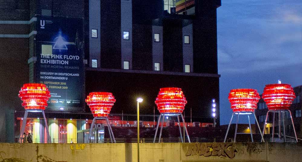 Die Licht- und Rauminstallation von Winter/Hoerbelt besteht aus fünf voluminösen Leuchtobjekten auf meterhohen Metallsockeln