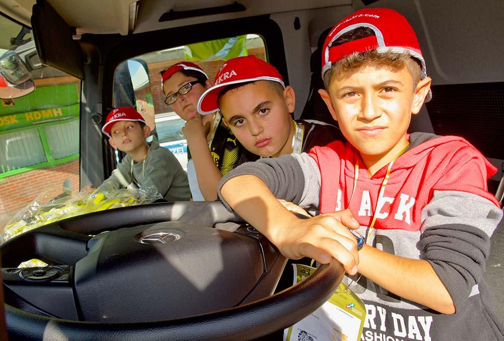 Im Dekra-LKW konnten sich die Kinder davon überzeugen, wie schnell VerkehrsteilnehmerInnen im toten Winkel übersehen werden. Fotos: Wolf-Dieter Blank