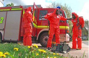 Einsatzkräfte in Schutzanzügen. Foto: Feuerwehr Dortmund