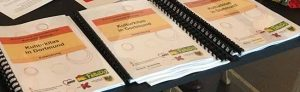 Jugenddezernentin Daniela Schneckenburger und Kulturdezernent Jörg Stüdemann unterzeichnen die Vereinbarung zur Zertifizierung der ersten fünf Kitas als Kulturkita. Foto: Stadt Dortmund