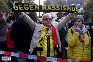 """BVB-Fans und die Gruppe """"Omas gegen Nazis"""" empfingen die Neonazis mit Protest. Fotos: Alex Völkel"""