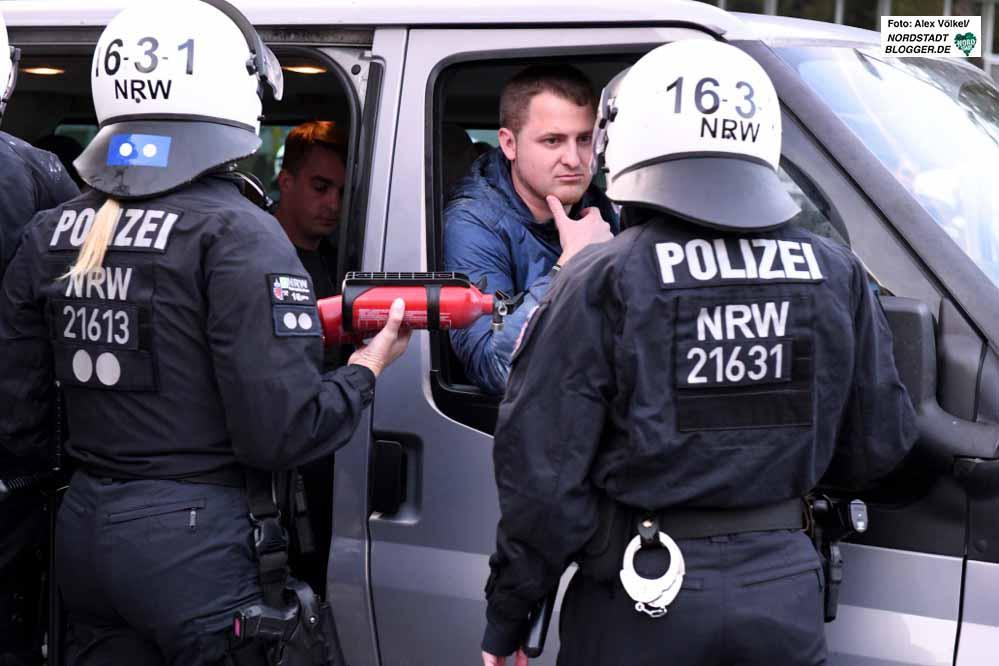 Mit Pulverlöschern attackierten Neonazis Polizei und Gegendemonstranten.