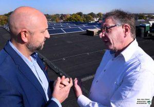 Pascal Ledune und Henk Jan Hoekman im Gespräch auf den Dächern der alten Spinnerei. Im Hintergrund sind die Solarpaneele zu sehen.