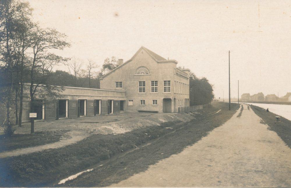 Das Bootshaus des RC Hansa 98 von 1923 steht noch heute und ist trotz Um- und Anbauten eindeutig wieder erkennbar. Ansichtskarte um 1930 (Sammlung Klaus Winter)
