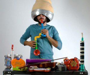 Dieses Bild des Musiker Tacos Stamou versinnbildlicht die Experimentierfreudigkeit der KünstlerInnen.