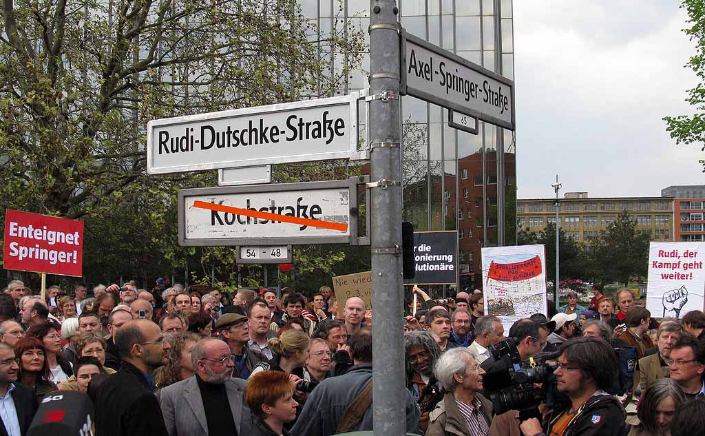 Umbenennung eines Teils der Kochstraße in Rudi-Dutschke-Straße am 30. April 2008 in Berlin-Kreuzberg. Foto: Paul David Doherty/ Wikipedia