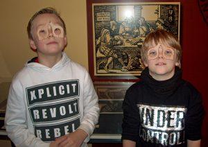 Familienführung im Schulmuseum - Kinder testen die Mittelalterbrillen. Foto: Birgit Kampke