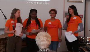 Afrika Positive Youth Mitglieder tragen ihren Poetry Slam vor