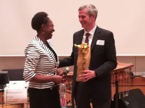 Afrika Positive Vorsitzende Veye Tatah und Robert Dölger aus dem Außenamt