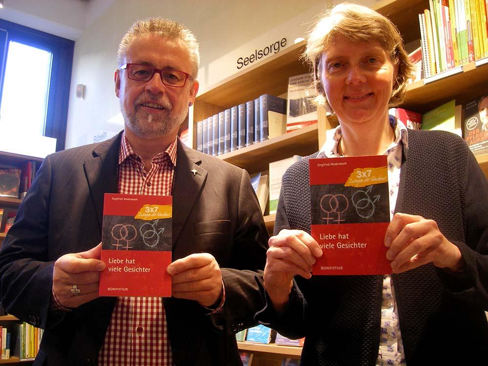 Pater und Autor Siegfried Modenbach und Lektorin Claudia Auffenberg vom Bonifatius-Verlag. Foto: Sascha Fijneman