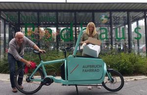 Thomas Semmelmann mit der Radverkehrsbeauftragten der Stadt Herne, Margarete Kreutzmann, mit einem Cargobike.