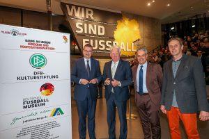 (v.l.:) DFB-Präsident Reinhard Grindel, OB Ullrich Sierau, Manuel Neukirchner und Dr. Eike Stiller vom Paderborner Kreis e.V. Foto: DFM/Schütze